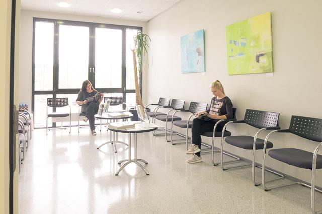 Wartebereich der Klinik mit Patienten