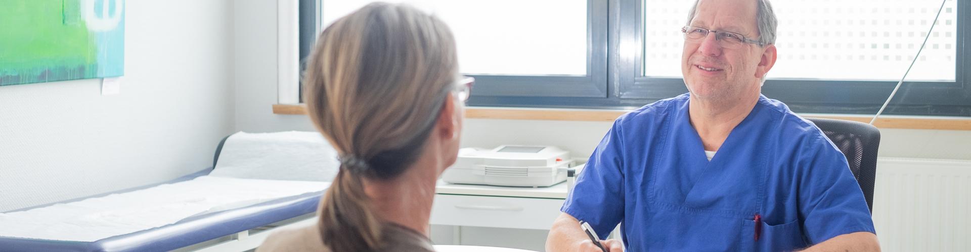 Arzt führt Gespräch mit Patientin